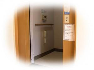 入って、奥右側にエレベーターがあります (診療室は2階です) ご自由にお使いください